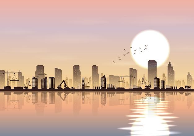 Cidade e canteiro de obras ao lado de um rio