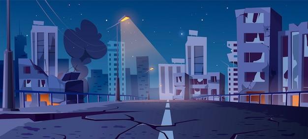 Cidade noturna destruída em zona de guerra, edifícios abandonados e ponte com fumaça e brilho assustador.