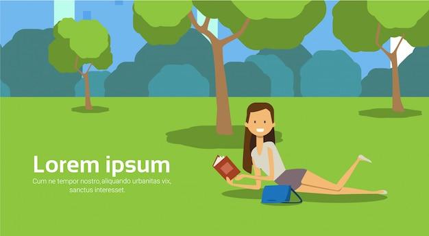 Cidade parque mulher encontra-se grama verde lendo livro árvores cityscape modelo fundo horizontal cópia espaço ilustração em vetor plana