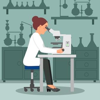 Cientista de mulher fazendo pesquisa de biologia usando microscópio. bióloga feminina no local de trabalho. equipamento de laboratório . design plano
