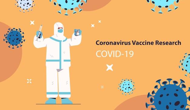 Cientista desenvolvendo nova vacina de coronavírus em laboratório pesquisador em traje de proteção segurando frasco de seringa de injeção de vacina desenvolvimento luta contra o conceito covid-19