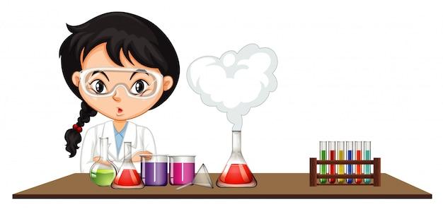 Cientista fazendo experimento com produtos químicos