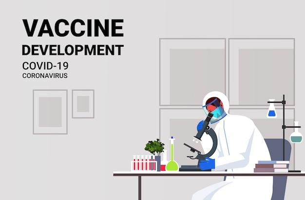 Cientista pesquisador trabalhando com microscópio no desenvolvimento de vacina contra coronavírus de laboratório luta contra ilustração em vetor retrato horizontal conceito covid-19