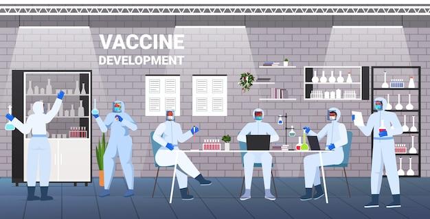 Cientistas de raça mista desenvolvendo vacina para lutar contra coronavírus equipe de pesquisadores trabalhando em conceito de desenvolvimento de vacina de laboratório médico ilustração vetorial horizontal completa