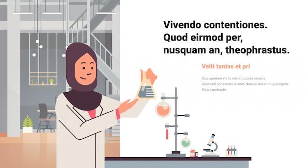 Cientistas femininos árabes trabalhando banner