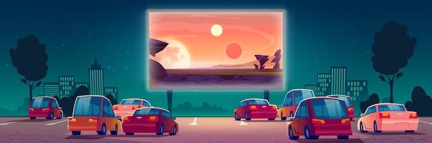 Cinema ao ar livre, cinema drive-in com carros em estacionamento ao ar livre.
