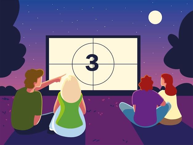Cinema ao ar livre com pessoas assistindo à tela