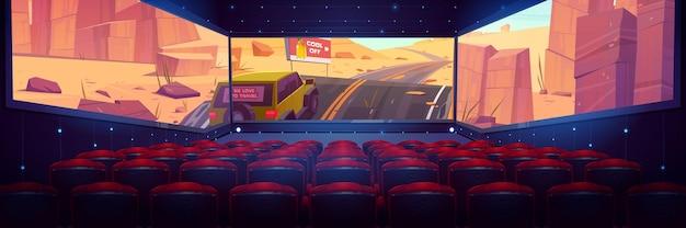 Cinema com tela panorâmica de três lados e fileiras de assentos vermelhos