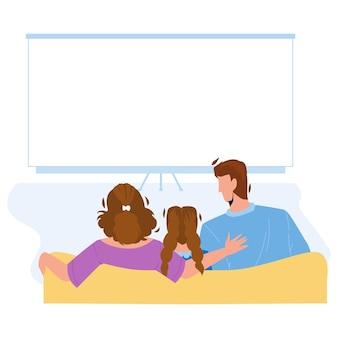 Cinema em casa assistindo vetor união familiar. pai, mãe e filha sentados no sofá e assistir a um filme no home theater. personagem de homem, mulher e menina ilustração dos desenhos animados do cinema em casa