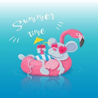 Círculo inflável sob a forma de um flamingo e um rato que descansa nele com um cocktail.