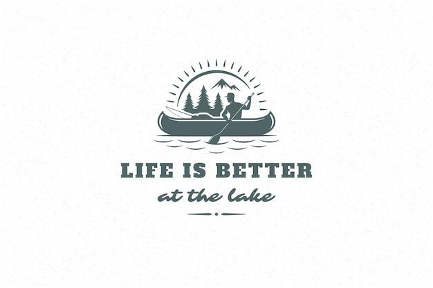 Cite a tipografia com mão desenhada acampar com homem em um barco no lago para cartão