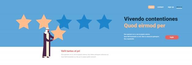 Classificação de três estrelas homem árabe dando banner de feedback