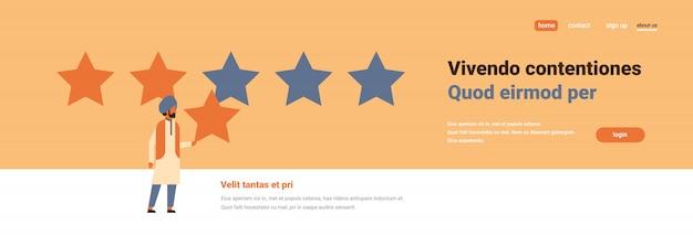 Classificação de três estrelas homem indiano dando banner de feedback