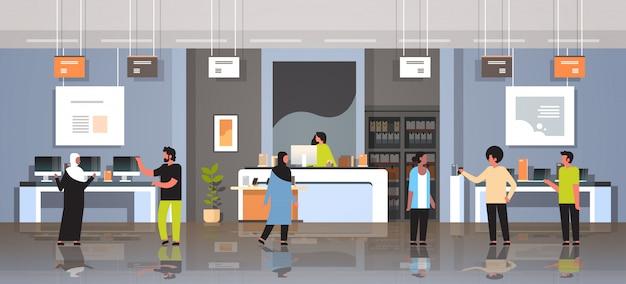 Clientes de corrida de mistura em tecnologia moderna loja interior visitantes escolhendo computador digital tela laptop smartphone aparelhos eletrônicos mercado horizontal horizontal