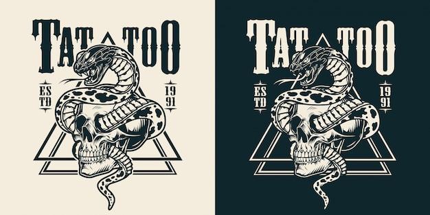 Cobra entrelaçada com emblema de tatuagem de caveira