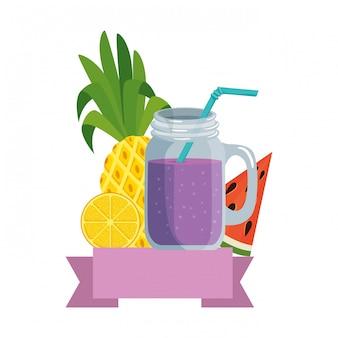 Cocktail tropical de verão com frutas e palha