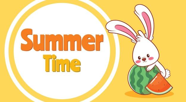 Coelhinha abraçando uma melancia com uma faixa de saudação de verão