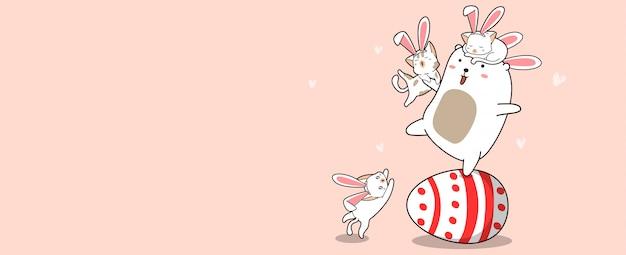 Coelhinhos no ovo grande no dia de páscoa