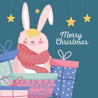 Coelho bonito de celebração de feliz natal com cachecol e presentes