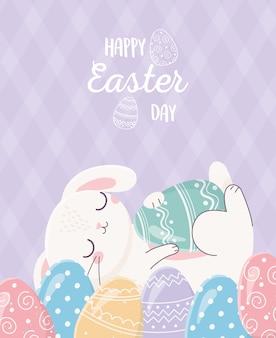 Coelho bonito de feliz páscoa descansando na celebração de ovos decorativos, cartão de felicitações