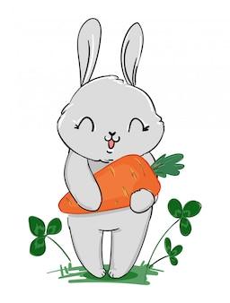 Coelho cinzento bonito segurando uma cenoura e trevo isolado no fundo branco.