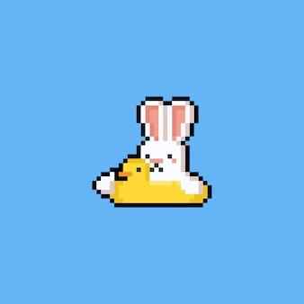 Coelho de desenho animado de pixel arte no anel de natação de pato