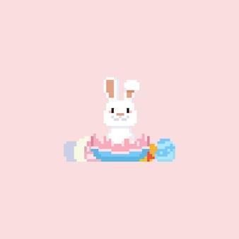 Coelho de pixel sentado no ovo de páscoa