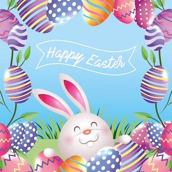 Coelho feliz com decoração de ovos e plantas