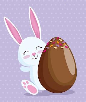 Coelho feliz e ovo de chocolate com doces