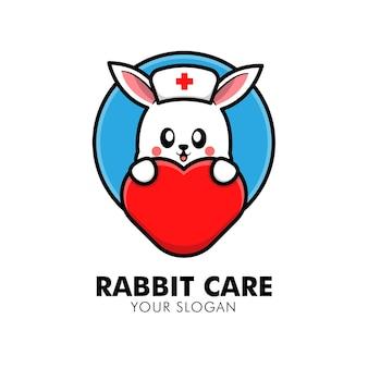 Coelho fofo abraçando o logotipo de cuidados com o coração animal ilustração de design