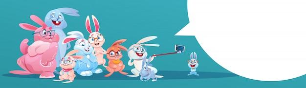 Coelho que toma o grupo do coelho do feriado de easter da foto de selfie