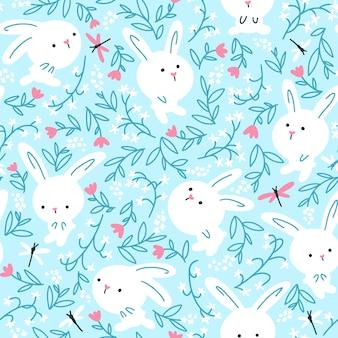 Coelhos brancos em flores de verão com padrão sem emenda de libélulas. ilustração do berçário sobre fundo azul.