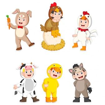 Coleção crianças vestindo trajes de animais de fazenda bonito