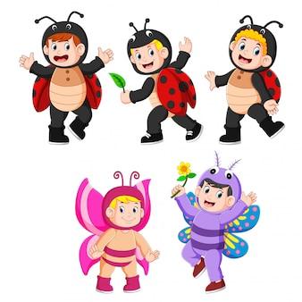 Coleção crianças vestindo trajes de borboleta e joaninha