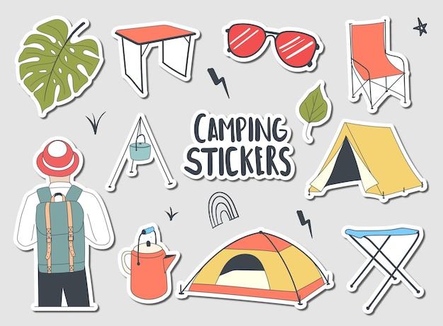 Coleção de adesivos coloridos desenhados à mão para acampamento