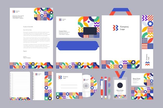 Coleção de artigos de papelaria de marca em mosaico plano