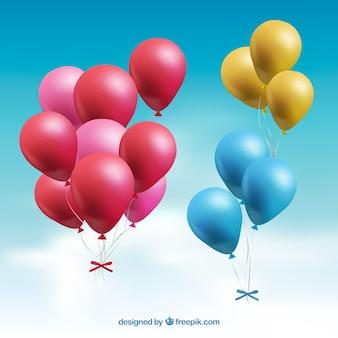 Coleção de bando de balões coloridos no céu com estilo realista