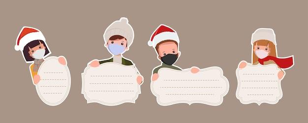 Coleção de banner de rótulo de feliz natal com pessoas dos desenhos animados usando máscara facial.