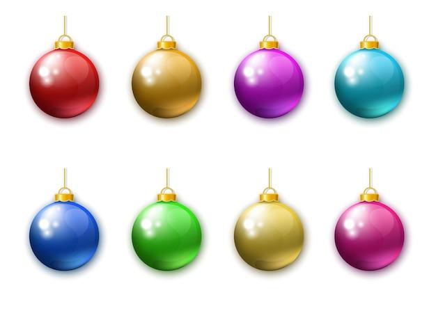 Coleção de bolas de natal coloridas realistas isoladas no fundo branco