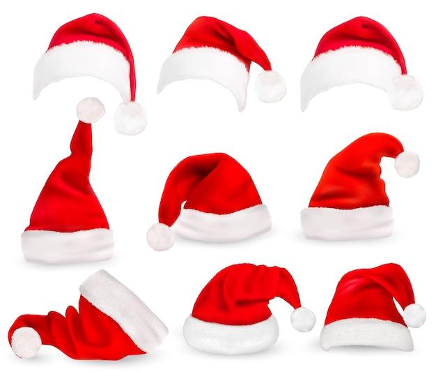 Coleção de chapéus de papai noel vermelhos isolados no branco