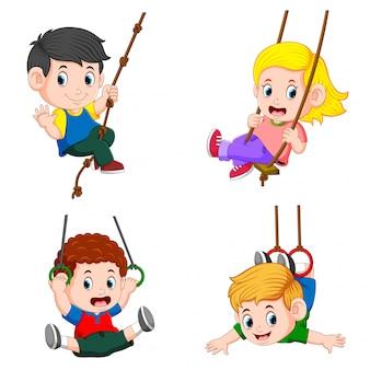 Coleção de crianças brincando de balanço