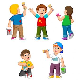 Coleção de crianças felizes com pincel