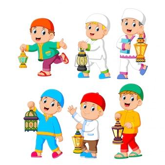 Coleção de crianças muçulmanas segurando a lanterna