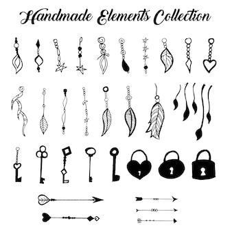 Coleção de elementos pendurados desenhados a mão em preto e branco