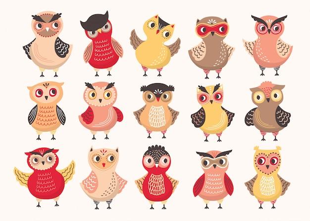 Coleção de giros corujas coloridas decoradas com ornamentos diferentes. conjunto de pássaros da floresta engraçado dos desenhos animados em pé em várias posições isolado no fundo branco. ilustração colorida.