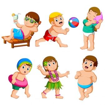 Coleção de menino e menina nas férias de verão na praia