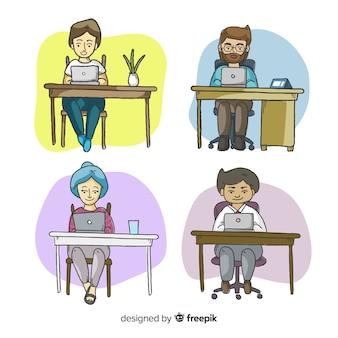 Coleção de trabalhadores de escritório em suas mesas