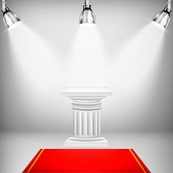 Coluna iônica iluminada com tapete vermelho