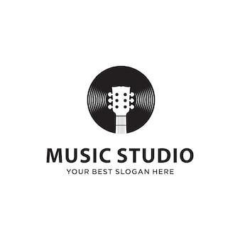 Combinação de guitarra e disco para o conceito de logotipo do estúdio de música
