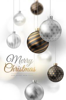 Composição de feliz natal de bolas de natal de prata e ouro